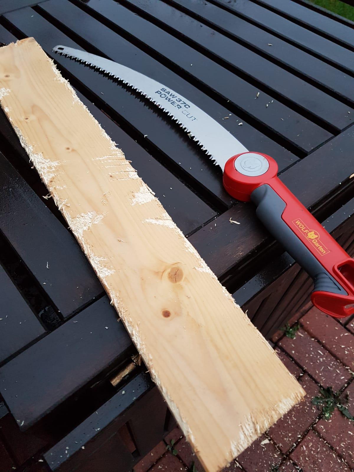 Holzbearbeitung mit einer Säge.