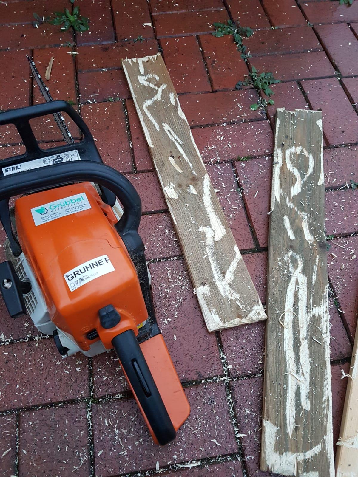 Holzbearbeitung - Holz auf alt trimmen z.B. mit der Kettensäge