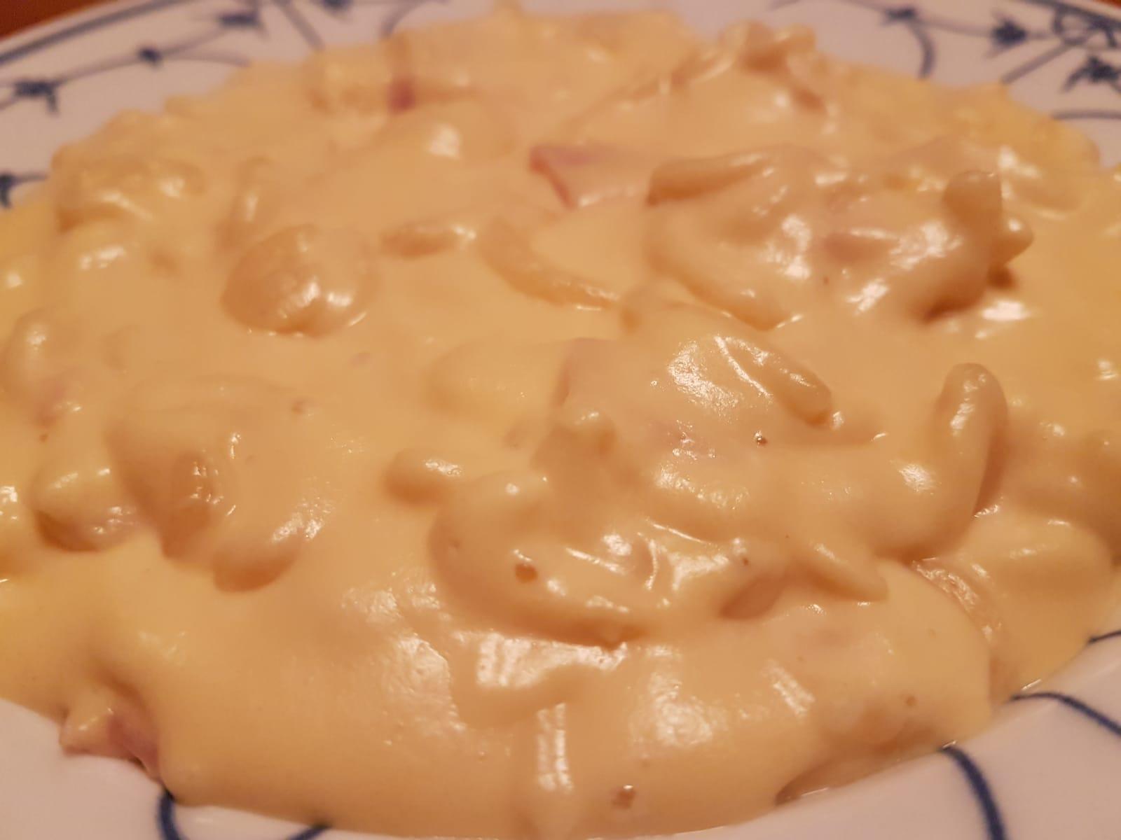 Mac und Cheese aus dem Slow Cooker, ganz einfach mit einem Rezept auf deutsch.