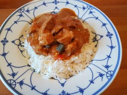 Asiatisches Chili Erdnuss Hähnchen aus dem Slow Cooker fertig, auf Reis serviert.