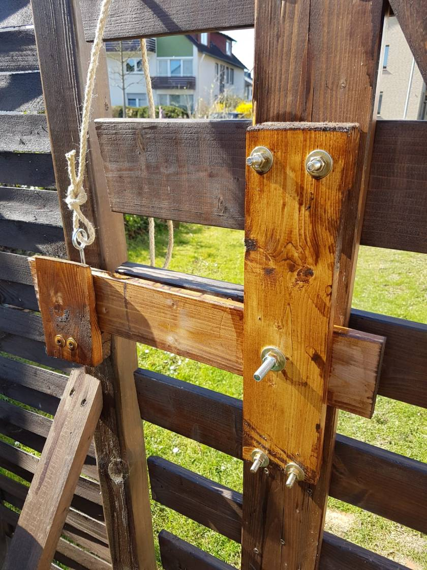 Selbstgebauter Riegel Verschluss für das Gartentor.