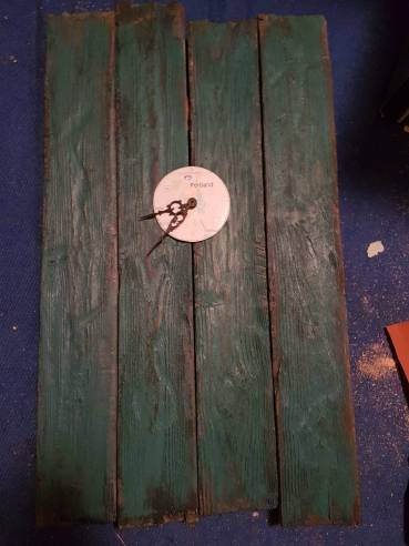 Das Uhrwerk eingesetzt in die Holz Bretterwand.