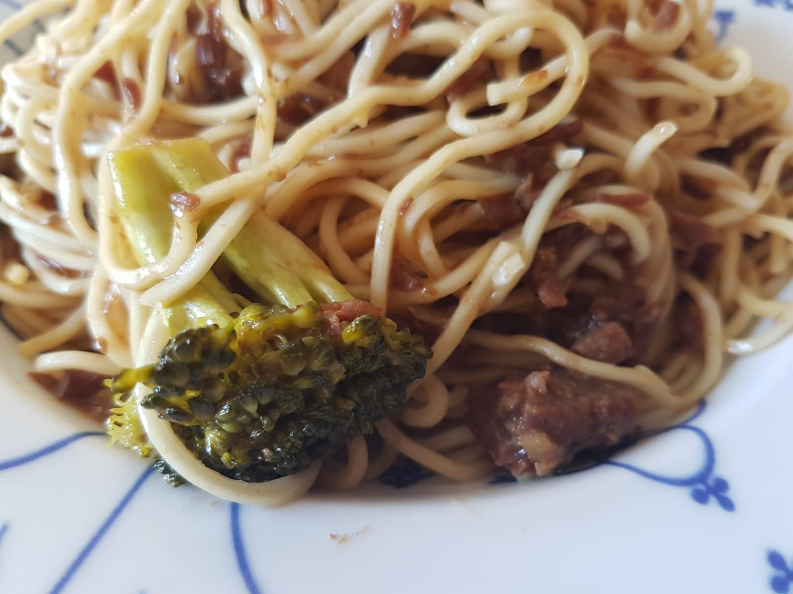 Rindfleisch mit Brokkoli und Asia Nudeln