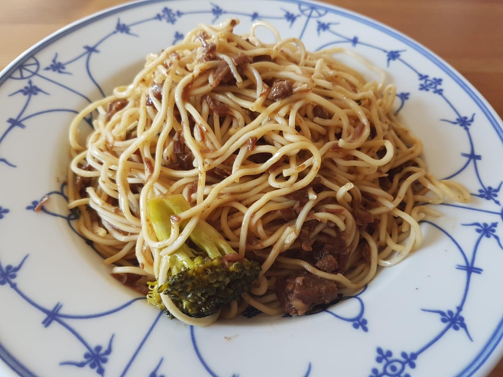 Leckeres Rindfleisch mit Brokkoli ganz einfach zubereitet aus dem Slow Cooker.
