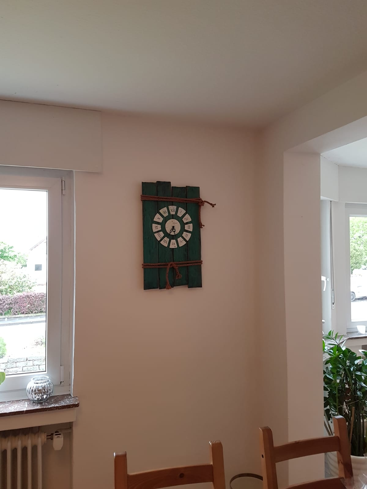 Uhr als Wohnungsdeko, Blickfang im Wohnzimmer. Ein selbstgebauter Eye-Catcher