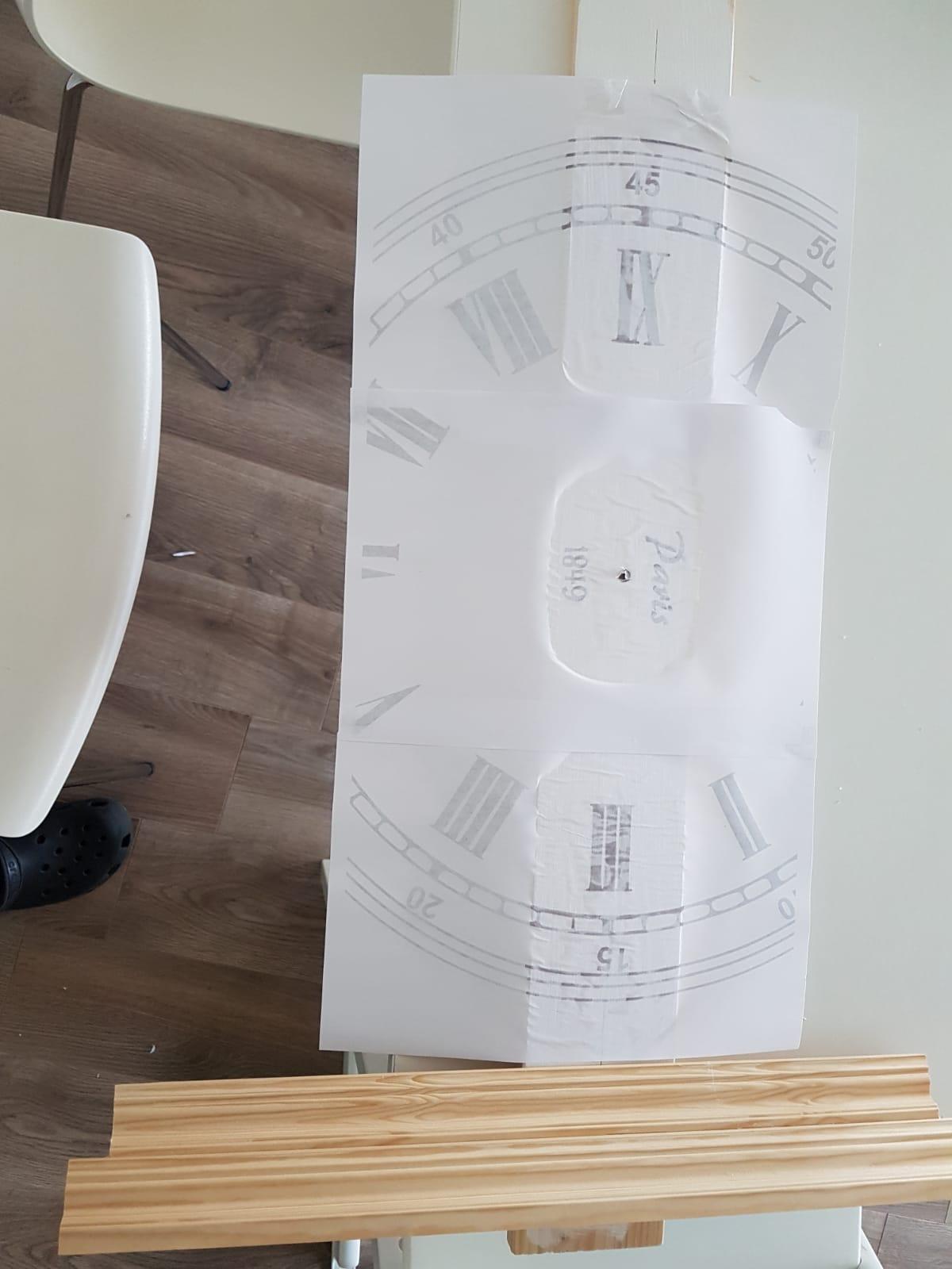 Das Bild der Wanduhr mit Foto Transfer Potch auf das Holz aufgeklebt.