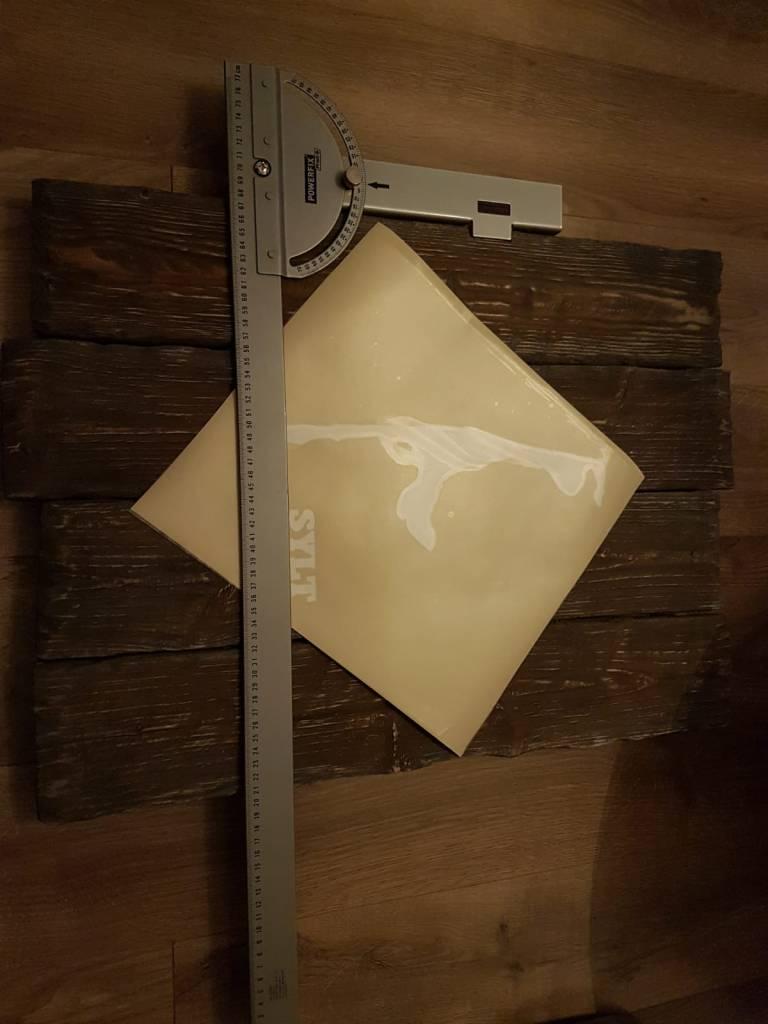 Die Spritzvorlage wird auf den Bretter für die Sylt Wanduhr ausgerichtet. DIY Blog Elkenbrederweg Bad Salzuflen