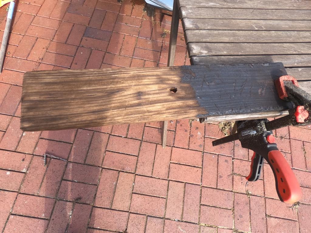 Holz künstlich altern lassen mit Feuer.   So kannst du ganz einfach Holz auf alt trimmen. Mit Brenner und Messingbürste