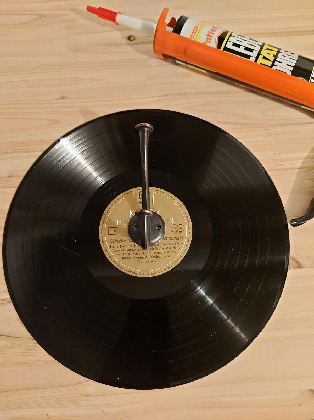 Eine Schallplatte wird zumKleiderhaken