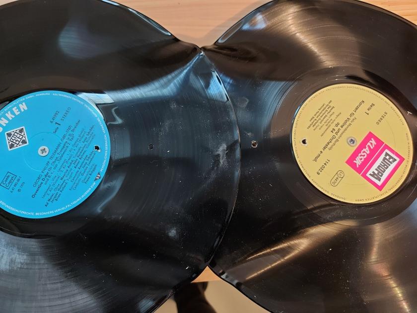 2 Schallplatten werden zur Garderobe